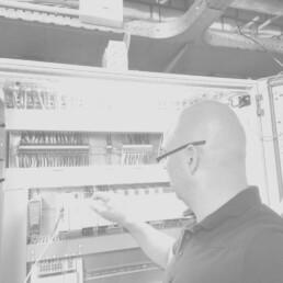 Inbedrijfsteller controleert de meet- en regeltechniek